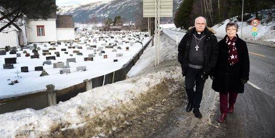 Tidligere prost Paul Skuland og tidligere kirkeverge Jorunn Haugstulen kjempet for støyskjerming ved Sel kirke i over 10 år. Under begravelser kan ingen omtrent høre hva presten sier på grunn av trafikkstøy.  Nå ser det ut til at det blir en løsning, men kommunen må trolig bidra.