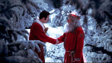 NÆMMEN: Snekker Andersen (Trond E. Seim) får seg en overraskelse når han møter julenissen (Anders B. Christiansen). Filmweb