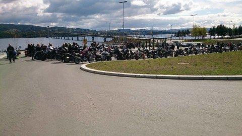 MC Mot Mobbing: Her fra rasteplassen ved Mjøsbrua under en tidligere aksjon.Foto: Privat