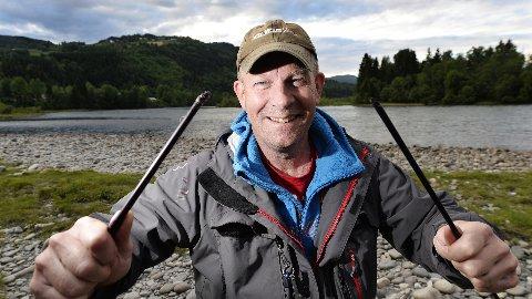 KNAKK: Den gamle stanga til Espen Larsen tålte ikke rekordfisken på sju kilo. Premien sier seg selv når han er den første vinneren i sommerens fiskekonkurranse. Ny stang.