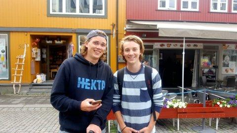 Går Lillehammer på tvers: Marius Strandum (t.v.) og Laurits Brusveen har gått opp og ned Storgata flere ganger på jakt etter Pokémon. Alle Foto: Karl Erik Andresen