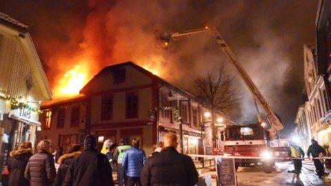 Folk har samlet seg for å se på den dramatiske brannen.