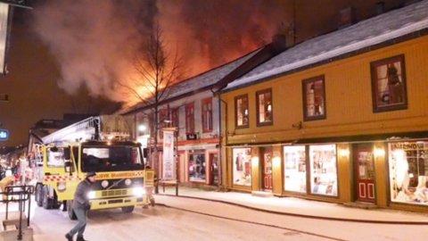 Flammene slår opp fra Storgata 81.
