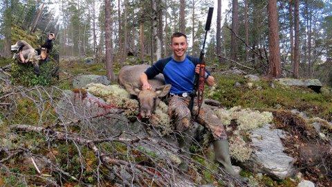 STOLT: Mattias Brekkum frå Skjåk er fyrstegangsjeger i år. - Å felle tre dyr fyrste gong eg kan vere med ordentleg på elgjakt er utruleg stort, seier Brekkum til GD. Her framfor den eine kalven han skaut tidlegare i jakta.