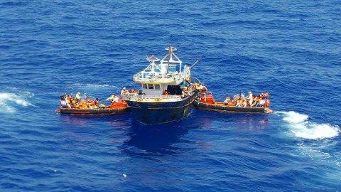 176 personer, de fleste fra Eritrea og Komorene, blir her reddet fra en synkeferdig fiskebåt og over i redningsbåter fra det norske forsyningsskipet Siem Pilot. Siden 2015 har skipet reddet nærmere 35.000 mennesker fra å drukne i Middelhavet. Foto: Kripos / NTB scanpix