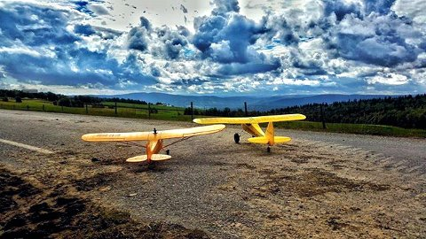 2 Cubs waiting for takoff! #kvarvet #rcplane #pipercub #farm #farming #farmer #clouds #cloudy #rcpilot #modelplane #gdbilder #gudbrandsdalen #norway Foto: Kai-Olav Skansgård