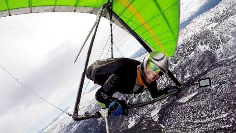 I Norgestoppen: Etter ti år med hanggliding, er Erland Åmot ranket som nummer fem i Norge. Han bruker det meste av fritiden til hanggliding. Neste helg skal han igjen på vingene over norddalen, i NM-konkurransene ved riksanlegget i Vågå. Foto: Erland Åmot