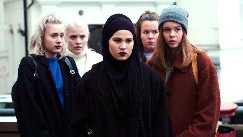 SKAM: Fire skuespillere og regissør Julie Andem, fra TV-serien SKAM, kommer til Gålå fredag for å motta Peer Gynt-prisen.