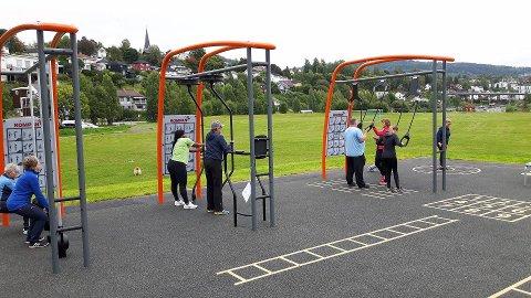 SIRKELTRENING: Veiledning i bruk av aktivitetsparken i regi av Frisklivssentralen ved daglig leder Tone Karlsen (i rødt).