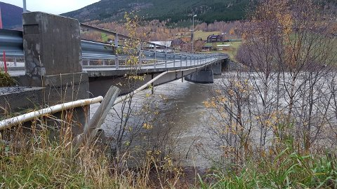 Flommen tok en av brupillarene på Marlo bru i Skjåk. Den er fortsatt stengt i påvente av at skadene skal undersøkes.