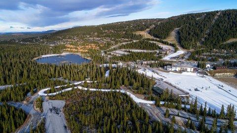 Arkivfoto: Natrudstilen er et yndet sted for skiløpere om høsten når den første snøen legges ut. Hittil har det vært gratis å parkere ved skianleggene, men i høst innfører Ringsaker Almenning parkeringsavgift.