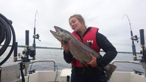 Stipendiat Chloé Nater har studert vekstutviklingen til den største av storørretstammene i Mjøsa, hunderørreten. Ungfisk som lever i Gudbrandsdalslågen hadde en 12 % lavere vekstrate på 2000-tallet enn på 1970-tallet.