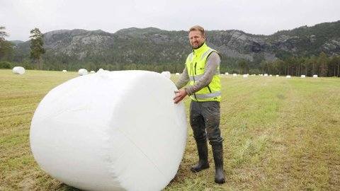 Vegard Hykkerud i Alta sier at han selv har opplevd tørke og fortvilelsen det er å ikke få tak i fôr til dyrene sine. Neste gang kan det være meg, sier bonden som sender rundballer sørover.