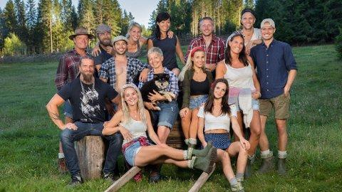 Denne gjengen skal delta i årets sesong av Farmen. Bak til venstre sitter Vidar Johansen. Foto: TV2