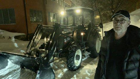 Kjetil Hagen kjører vanligvis buss men trår til når kameraten trenger hjelp til å få unna all snøen.