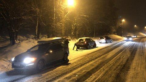 Kort tid etter trafikkuhellet kom strøbilen i Sigrid Undsets veg. Tre biler og en tilhenger, alle på veg oppover bakken var involvert i uhellet.