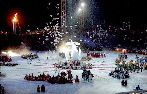 OL-MINNE: Slik framsto Lysgårdsbakken under åpningsseremonien i 1994. Lørdag ettermiddag blir høydepunktene satt sammen på storskjerm som følge til showet som markerer 25-årsjubileet for lekene.