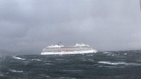 – Vi lå til kai i Kristiansund da vi fikk inn et «Mayday»-signal rundt 14-tiden, om at cruiseskipet hadde fått motorstopp og trengte assistanse. Da rykket vi ut, sier Ingebrigtsen.