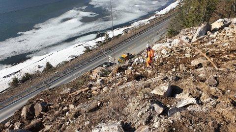 Bildet viser fjellsida, sett fra toppen, der Vegvesenets entreprenør har fortsatt med rensking og bolting av fjellet de siste dagene.