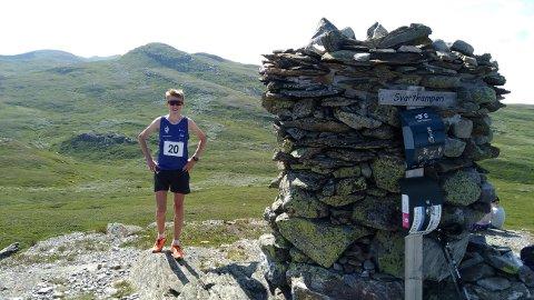 Mikkel Blikstad Thomassen fra Lillehammer har tatt rekord på raskest tid opp både Store Sølnkletten og Svartkampen i Synnfjellet. Her er Mikkel på toppen av Svartkampen.
