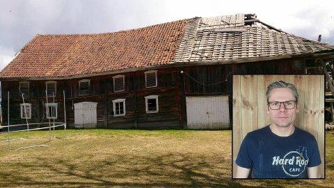 FALLEFERDIG: Låven hos Arne-Peder Flesvik på Skreia er knekt, men har ikke falt helt sammen enda.