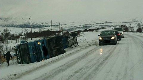Her ligger vogntoget på den speilblanke vegen. Bildet ble tatt tirsdag.