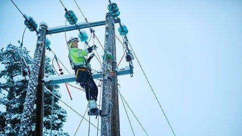 STÅR KLARE: Skulle det oppstå et strømbrudd søndag, vil nettselskapet Elvia stå klare til å rykke ut.