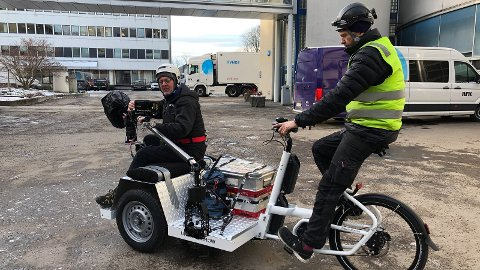KLAR FOR LANDEVEIEN. Både programledere og fotografer vil bruke sykkel som fremkomstmiddel. Her testes en av syklene som er spesiallaget til prosjektet. Hvem som blir årets programledere, er ikke klart ennå.