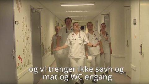 «Vi trenger ikke søvn og mat og WC engang» er blant de slående tekstlinjene i musikkvideoen.