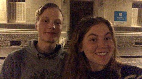 Erik Simengård (18) fra Tretten og Emma Staum (17) fra Øyer går begge på skole i Frankrike. Her utenfor den videregående skolen Lycée Édouard Herriot i Lyon, der Erik går på tredjeåret og Emma på andreåret.