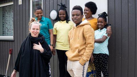 Professor Guri Bordal Steien sammen med Rebecca fra Kongo og hennes fire barn. Hun skal følge flyktningfamilien på Lillehammer i mange år, for å forstå mer av hvordan språkutviklingen deres henger sammen med livene deres ellers.