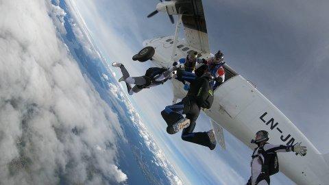 Her hopper hele familien til Dagfinn ut av flyet. Så prøver de det ingen trolig har gjort før.