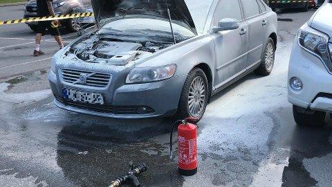SLUKKET: Det tok fyr i motorrommet på en personbil ved CC Gjøvik onsdag, men brannen ble slukket før brannvesenet kom til stedet.