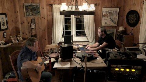 STUDIO: Rudi Kjøl (t.v.) og Christian Hoff har rigget seg til med studio i et gammelt hus i sentrum av Lillehammer. Der skrives og komponeres det til prosjektet EYES.