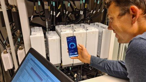 - Vi visste lite om hvilke banebrytende betydning smarttelefonene ville spille i vår liv. Nå rulles 5G ut nasjonalt, og vi har ikke på langt nær oversikt over konsekvensene, sier Sindre Høyer Føllesdal.