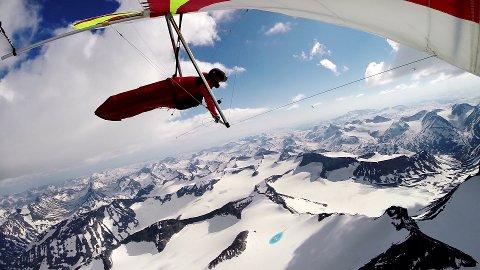 SVEVER: Bjørn Steinar Nyfløtt over Galdhøpiggen i 3.000 meters høyde, med utsikt over Jotunheimen.