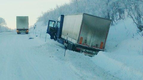 Russiskregistrert lastebil i grøfta på Dovrefjell mandag 25. januar. Bilen foran var i samme følge.