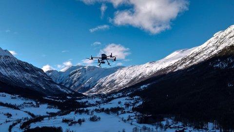 Dette er det nye vidunderverktøyet til nyoppstarede Innlandet Droneberedskap med base i Lom og Vågå. Drona vil revolusjonere redningsarbeidet i distriktet. Her på flytur mot Flåklypa i Lom.
