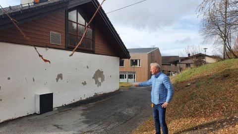 Kommunediektør Frank Westad ved skolebygningen han nå foreslår blir revet. Nå får han kritikk fra Utdanningsforbundet og foreldre om prosessen i forkant av forslaget.