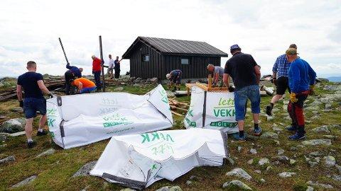 DUGNAD: Dugnaden med å rive Lillehammer Røde Kors Hjelpekorps sin hytte på Nevelfjell er i gang. Snart kan gjenoppbyggingen begynne ved hjelp av ATV og helikopter til å frakte materialer og redskaper.