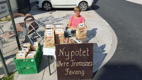 I årevis har Kari (bildet) og Jostein Tromsnes solgt mandelpoteter med jord på fra familiegarden Øvre Tromsnes på Fåvang. På grunn av sjukdom i jorda er det nå slutt.