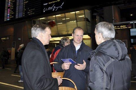 GJØVIKBANEN: NSB-direktør Geir Isaksen, samferdselsminister Ketil Solvik-Olsen og trafikkdirektør i Jernbaneverket, Bjørn Kristiansen på Oslo S.