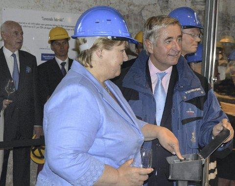 2015: Statsminister og gjest Erna Solberg trykket på knappen da tresliperiet ved Kistefos var «i gang» igjen for første gang siden 1955. Her sammen med Kistefos-eier Christen Sveaas.