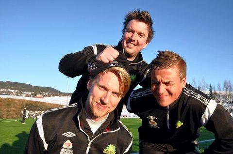 MER KONTROLL: Mikal Linstad (bak) er ansatt i 20 prosent stilling i Gran IL Fotball. Han har ansvaret for at A-spillerne Øyvind Brokerud (til venstre) og Sindre Lillegraven presterer på banen.