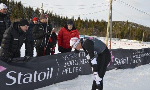 SKUFFET MED DET SAMME: Johannes Bjertnæs fra Jevnaker uttrykte skuffelse rett etter målpassering i finalen. Her forteller han om løpet til pappa Jakob (med skistaver) og trener Gøran Syversen (til venstre).