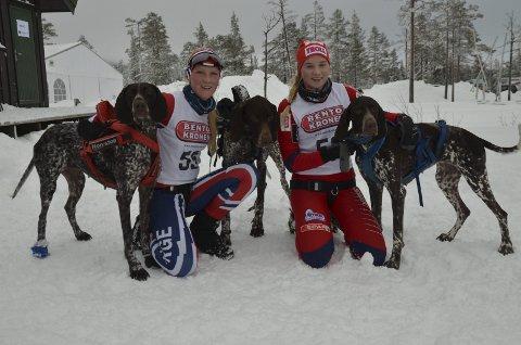 BLIDE JENTER: Oda Foss Almqvist (til venstre) ble nummer fire i juniorklassen sammen med hundene Solo og Odin, mens Stine Lyse Klevengen og Easy ble nummer fem.