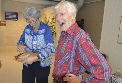 BLIDE ODD: Odd Kristoffersen har takket av som leder i Brandbu Seniordans og får gave fra seniordansen av ny leder, Marit Tingelstad.
