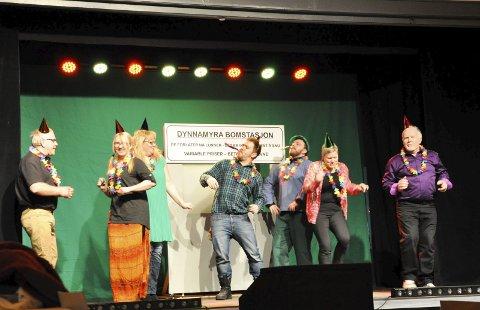 PÅ scenen: Roar Kalvsjøhagen, Mette Bråthen, Marthe Ohren, Jan Erik Kalvsjøhagen, Øyvind Sogn, Mari Lunder og Viggo Bråthen.
