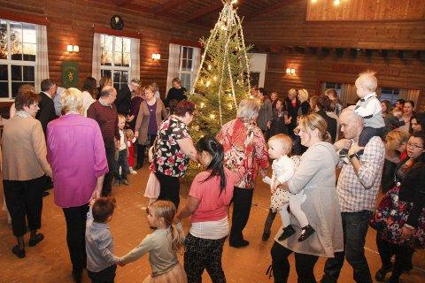 FOLKSOMT RUNDT TREET: Tradisjonen tro ble det arrangert juletrefest i Bøndernes hus på Jevnaker lørdag.