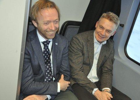 Pendlerråd: Finn Martinsen fra Gran i samtale med statssekretær John-Ragnar Aarset. Foto: Helge Rønning Birkelund, ANB